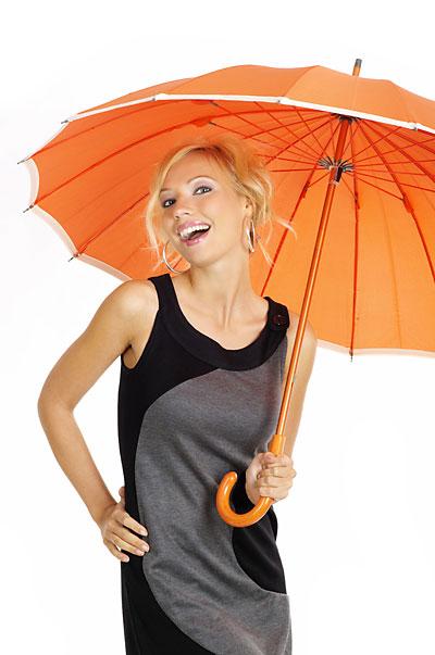 Frau mit einem orange Regenschirm